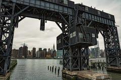 Verlaten brug met stads erachter mening Stock Afbeelding