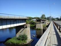 Verlaten brug naast nieuwe  Stock Afbeeldingen