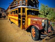 Verlaten bus en de bouw stock afbeeldingen