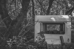 Verlaten caravan in het bos Royalty-vrije Stock Fotografie