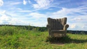 Verlaten concrete stoel stock footage