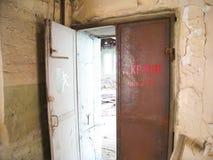 Verlaten de bouw RTI-Rubber Huisvuil en vuil in het gebouw van een verlaten gebouw stock afbeelding
