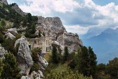Verlaten de Bouw Ruïnes in het Italiaans het Landschap van Dolomietalpen Royalty-vrije Stock Afbeelding