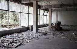 Verlaten de bouwbinnenland met heldere vensters Stock Fotografie