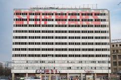 Verlaten de bouwvoorgevel met graffitislogan - eindeoorlogen Royalty-vrije Stock Foto's