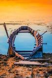 Verlaten die Boot bij Zonsondergang wordt gefotografeerd royalty-vrije stock fotografie