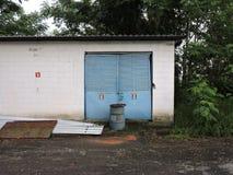 Verlaten die fabriek, delen van de industrie aan het klimaat worden blootgesteld stock foto