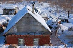 Verlaten die huis met sneeuw wordt behandeld Stock Foto's