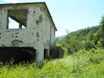 Verlaten die huis tijdens de oorlog wordt vernietigd royalty-vrije stock afbeelding