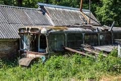 Verlaten die huis van roestige oude Sovjetbus wordt gemaakt Groen postapocalypsconcept Stock Foto
