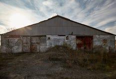 Verlaten die landbouwbedrijf buiten, met gras wordt overwoekerd, de vroege herfst Royalty-vrije Stock Foto's