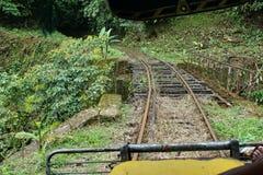Verlaten die spoorbrug door een eigengemaakte `-spooktrein ` die looppas op verlaten spoorwegsporen wordt gebruikt Stock Foto's