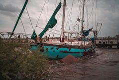 Verlaten die zeilbootschip op een meer van Texas wordt gesloopt royalty-vrije stock foto