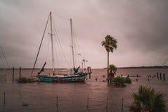 Verlaten die zeilbootschip op een meer van Texas wordt gesloopt stock afbeelding
