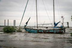Verlaten die zeilbootschip op een meer van Texas wordt gesloopt stock foto's