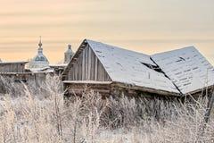 Verlaten dorpshuis met gebroken dak Royalty-vrije Stock Foto