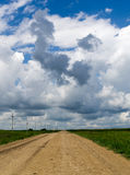 Verlaten Dorpslandweg met Onweerswolken Royalty-vrije Stock Foto's