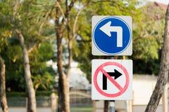 Verlaten draai, en geen juiste post van draaiverkeersteken met het knippen van weg Royalty-vrije Stock Afbeelding