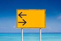 Verlaten draai en juiste verkeersteken Stock Afbeeldingen