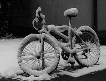 Verlaten en vergeten sneeuwfiets royalty-vrije stock afbeelding