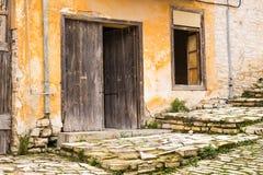 Verlaten en veronachtzaamd huis royalty-vrije stock afbeelding
