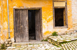 Verlaten en veronachtzaamd huis stock foto's