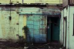 Verlaten fabriek - deur Royalty-vrije Stock Afbeelding