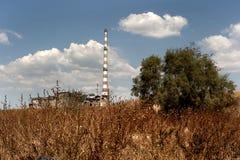 Verlaten fabriek in dramatisch landschap Stock Foto