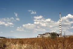 Verlaten fabriek in dramatisch landschap Royalty-vrije Stock Foto's