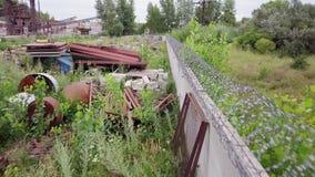 Verlaten fabriek, schroot, residu's van industrieel afval lucht stock footage