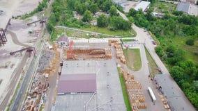 Verlaten fabriek, schroot, residu's van industrieel afval lucht stock videobeelden