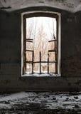Verlaten fabrieksgebouw met een gebroken venster Stock Afbeeldingen
