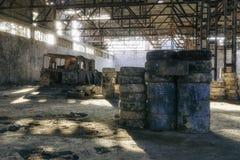 Verlaten fabriekshangaar, waar de spelen in paintball worden gehouden stock afbeelding