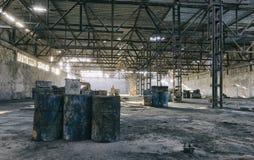 Verlaten fabriekshangaar, waar de spelen in paintball worden gehouden royalty-vrije stock fotografie
