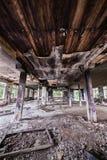 Verlaten fabriekszaal en gebrand plafond stock afbeeldingen