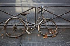 Verlaten fiets op de straat Stock Foto's