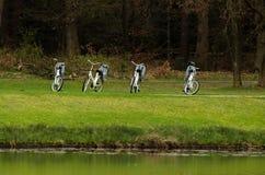 Verlaten fietsen op de meerbank stock fotografie