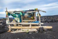 Verlaten fishermans hut bij het strand Stock Afbeelding