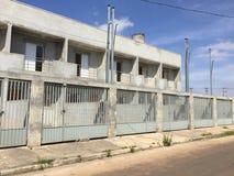 Verlaten flatgebouwen met koopflats Royalty-vrije Stock Afbeelding