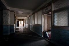 Verlaten Gang & Bureaus - de Verlaten Stambaugh-Bouw - Youngstown, Ohio royalty-vrije stock afbeeldingen