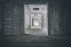 Verlaten gang van oud hotel in Slowakije Urbex Griezelige gang met vignet Licht aan het eind van de tunnel Griezelig en donker Royalty-vrije Stock Afbeelding