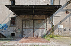 Verlaten garage van pakhuis Stock Foto