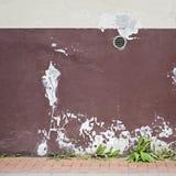 Verlaten gebarsten gipspleistermuur met ventilatietraliewerk Stock Foto's