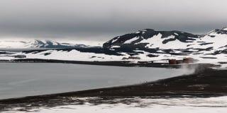 Verlaten gebouwen en stoom die van het strand, Walvisvaardersbaai, Teleurstellingseiland, Antarctica toenemen stock foto's