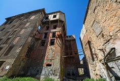 Verlaten gereduceerde gebouwen in Piraeus, Griekenland stock foto