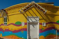 Verlaten geschilderd huis en houten deur met de gebroken zonschaduw, Chennai, India 29 januari 2017 Stock Afbeeldingen