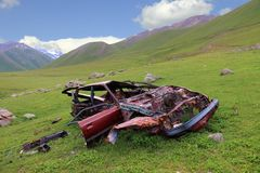 Verlaten gesloopte auto Royalty-vrije Stock Afbeeldingen