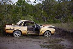 Verlaten Gesloopte Auto Verlaten in de Modder Royalty-vrije Stock Foto