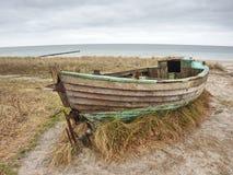 Verlaten gesloopte die boot in zand wordt geplakt Oude houten boot op de zandige kust Royalty-vrije Stock Foto's