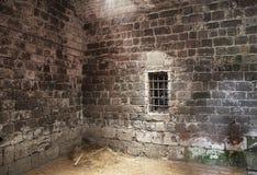 Verlaten gevangeniscel Stock Afbeeldingen